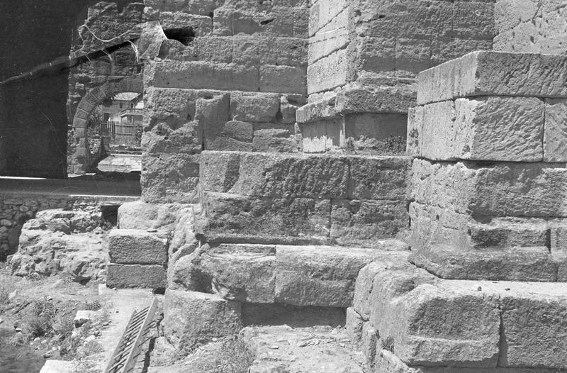 Mur de scène, ou frons scaenae : soubassement du mur, côté ouest