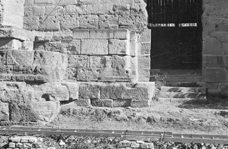 Mur de scène, ou frons scaenae : soubassement du mur et porte latérale ouest