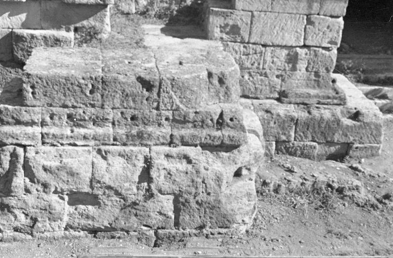 Mur de scène, ou frons scaenae : soubassement du mur à l'ouest de la porte latérale ouest