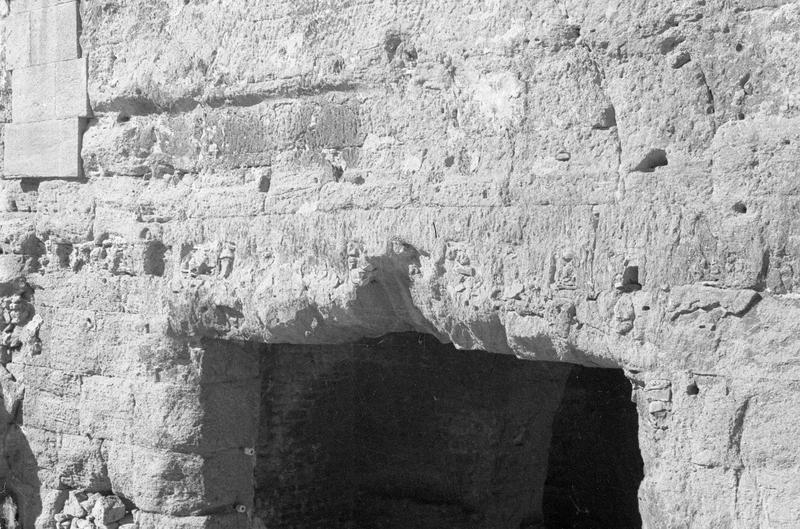 Mur de scène, ou frons scaenae : linteau de la porte menant au parascenium ouest