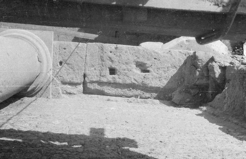 Mur de scène, ou frons scaenae : colonne du second niveau vue en plongée, côté parascenium ouest