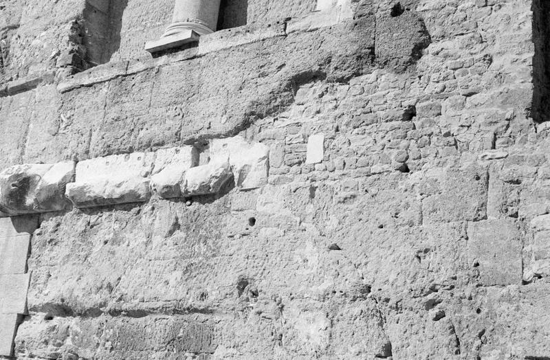 Mur de scène, ou frons scaenae : mur au premier niveau, côté parascenium ouest