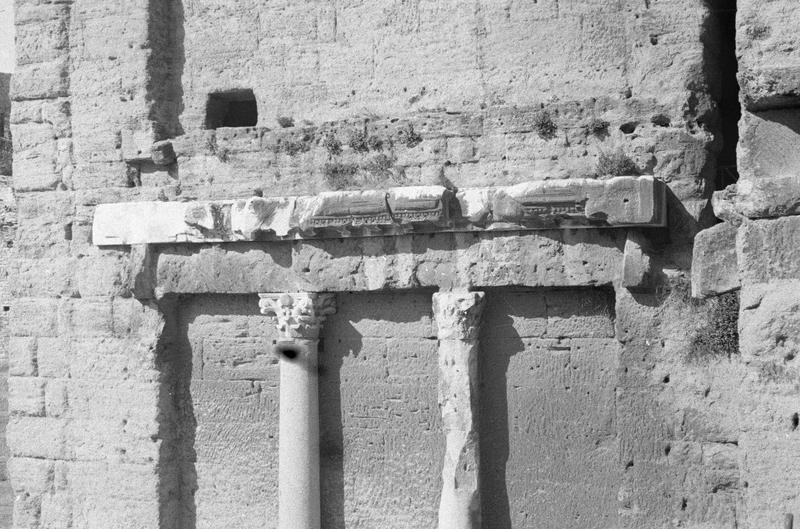 Mur de scène, ou frons scaenae : colonnes et frise du second niveau, côté parascenium ouest