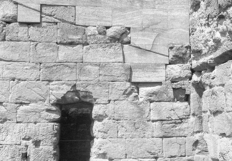 Mur de scène, ou frons scaenae : détail du mur, côté parascenium ouest