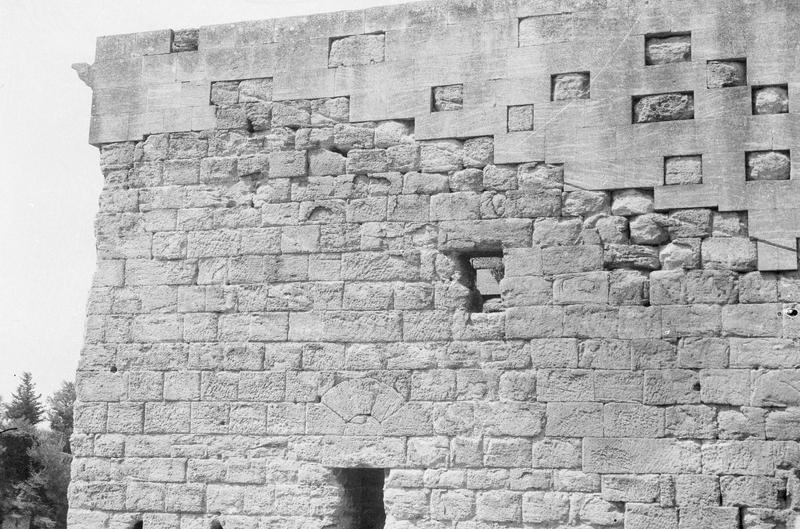 Mur de scène, ou frons scaenae : partie supérieure du mur, côté parascenium ouest