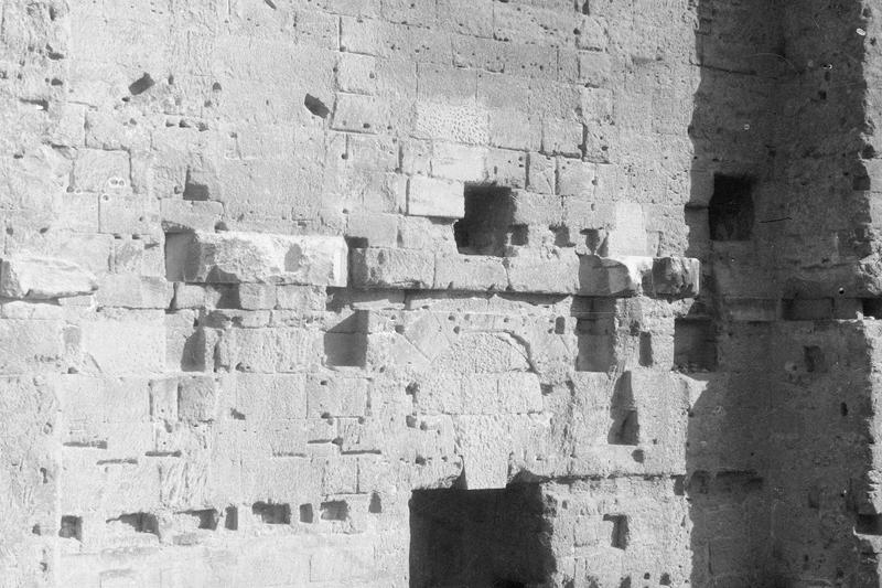 Mur de scène, ou frons scaenae : porte latérale ouest