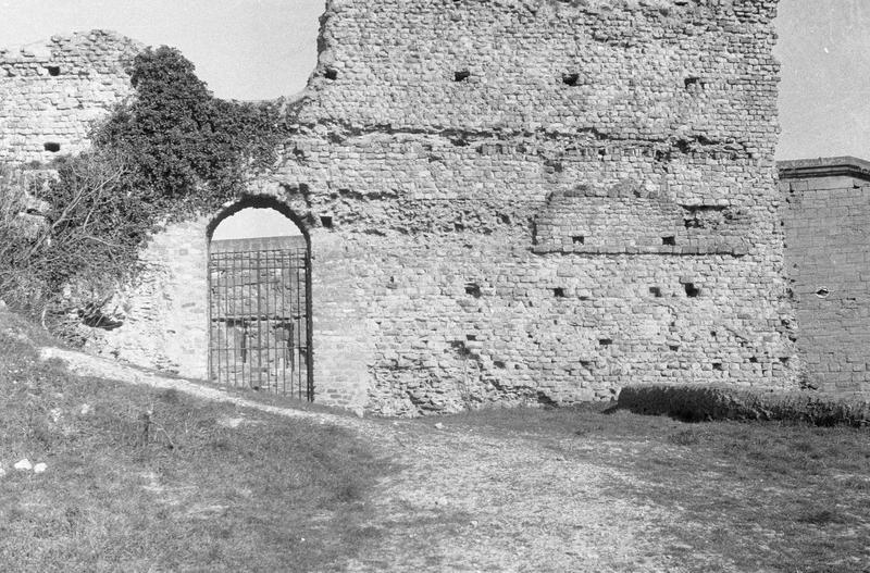 Mur extérieur et porte, côté est