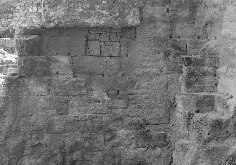 Scène, ou proscaenium : soubassement du mur à l'angle sud-ouest