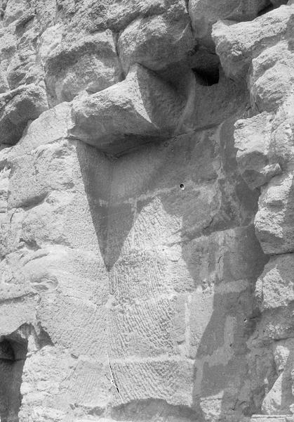 Mur de scène, ou frons scaenae : partie supérieure du mur, traces d'encastrement du toit de scène (supposé)