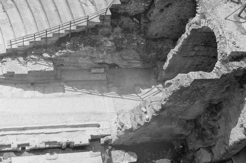 Parodos ou entrée latérale ouest, vue en plongée depuis le mur de scène
