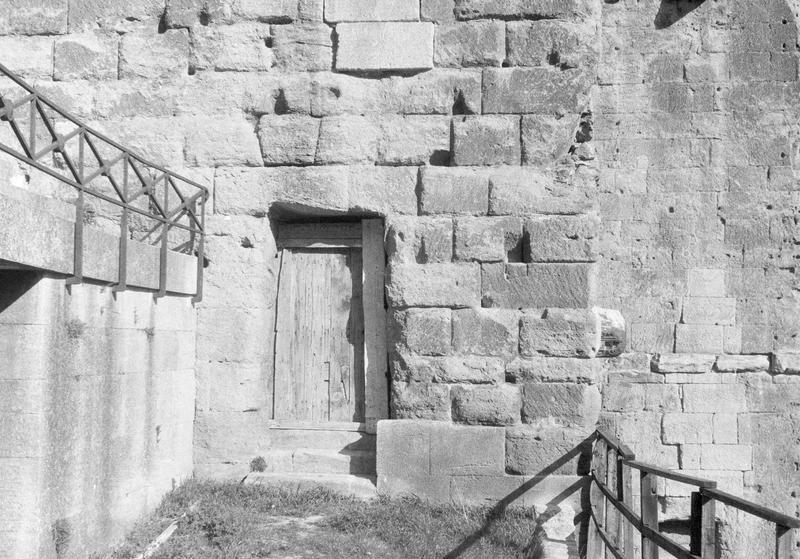 Mur extérieur percé d'une petite porte