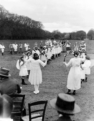 Fête du 1er mai, parc : les enfants en angelots dans une danse des arceaux fleuris