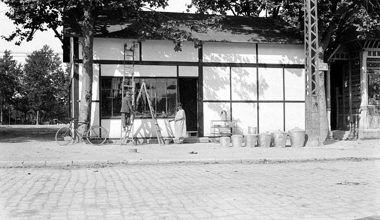 Travailleurs du comité réparant des maisons : magasin de quincaillerie repeint