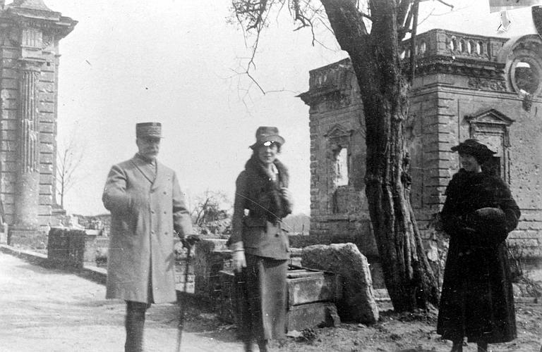 Cérémonie de décoration : le Maréchal Pétain, Anne Murray Dike et Mlle A. E. Hamm