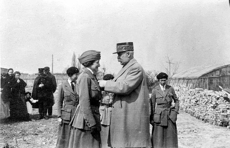 Mlle Valentine décorée de la Croix de guerre par le Maréchal Pétain, Mlle Moore