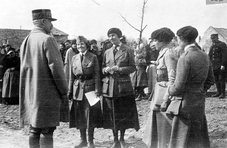 Le Maréchal Pétain s'adressant aux membres nouvellement décorés du comité : 'C'est avec plaisir que je vous remercie de vos services rendus à la France, alors qu'elle était en plein besoin' : le Maréchal Pétain et Anne Murray Dike