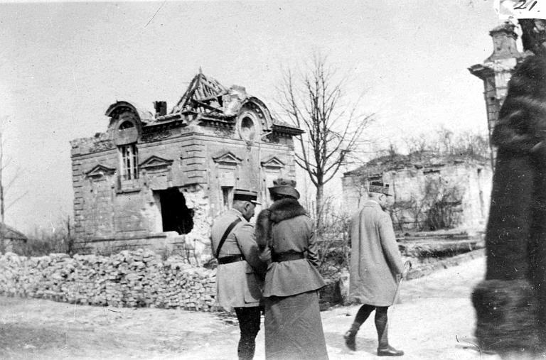 Le Maréchal Pétain, son aide de camp et Anne Murray Dike, lors de la décoration des travailleurs du comité