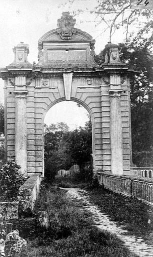Porte monumentale, de face