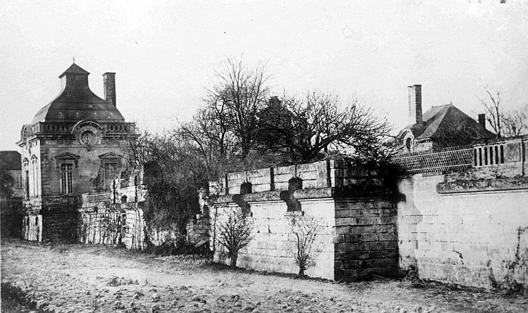 Les douves, avant la guerre : pavillon d'angle et mur de fortification