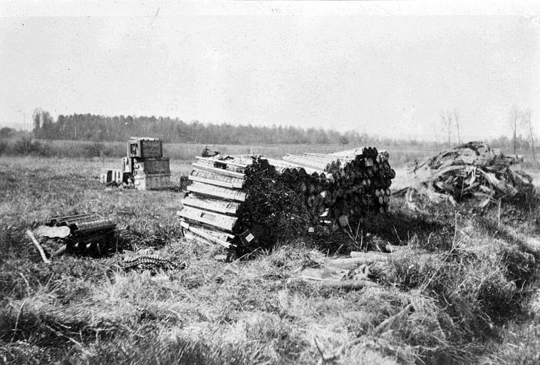 Campagne, champ : dépôt de munitions de guerre à même le sol