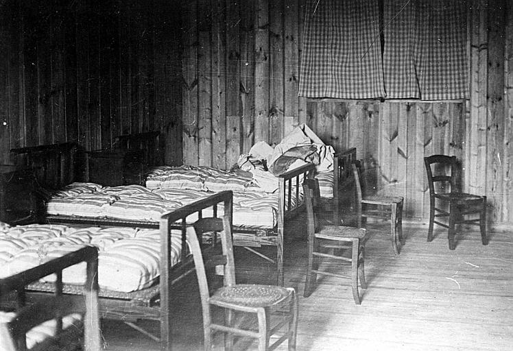 Intérieur du dispensaire : lits