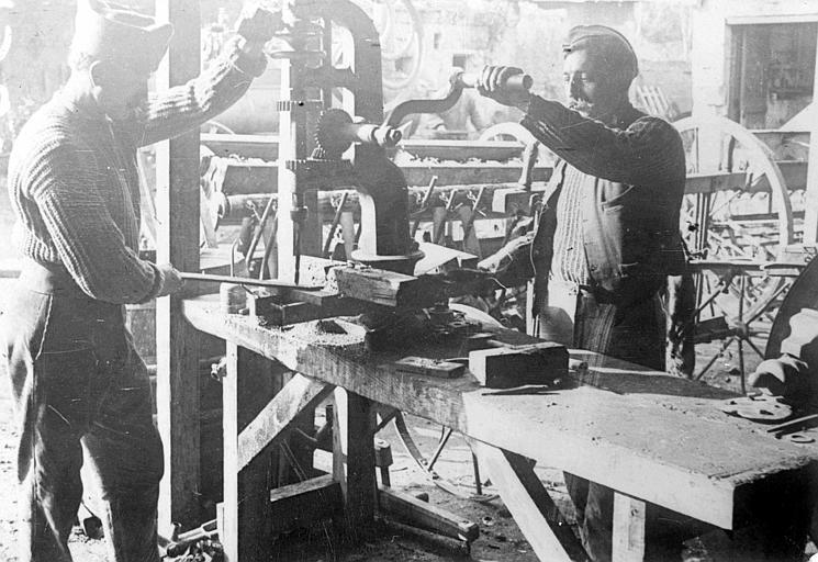Ateliers du Comité Américain, réparation de machines agricoles : perçage d'une pièce en fer