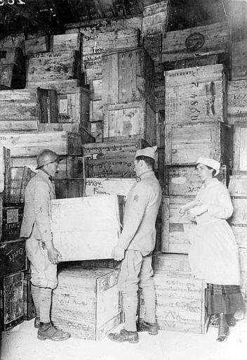 Hangar, intérieur : empilement de caisses de fournitures envoyées d'Amérique