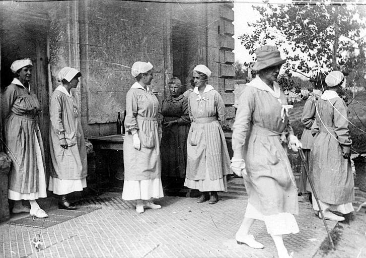 Membres du Comité Américain sortant d'un bâtiment, femmes