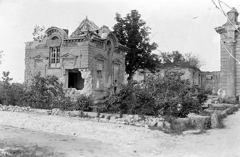 Pavillon du Château, avant l'avance allemande de 1918, il fut utilisé comme poste de commandement du CARD : destructions