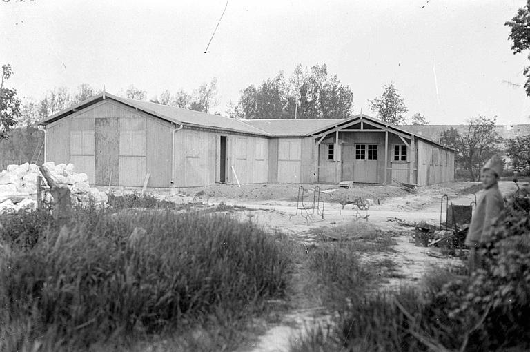 Ecole temporaire de M. Houssel, maître d'école : baraquement