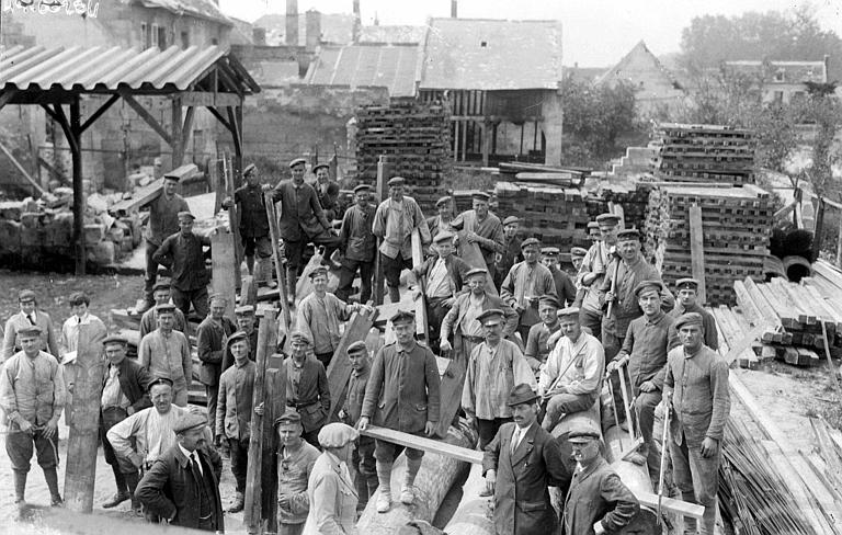 Scierie : prisonniers allemands au travail pour la reconstruction