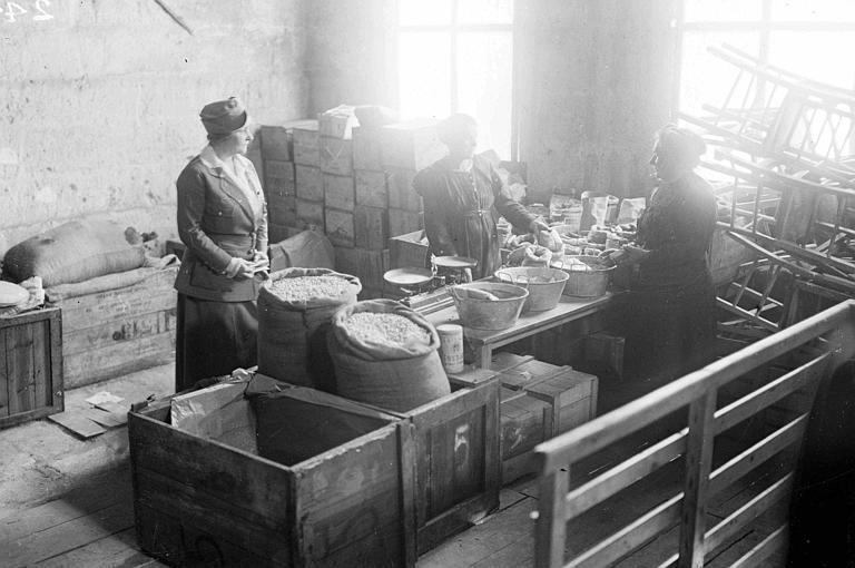 Intérieur d'un magasin : vente de graines, Mme Anne Morgan