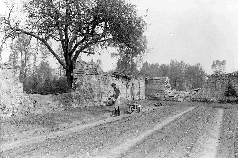 Jardin du Comité Américain, clos de murs : M. Bontemps, jardinier arrosant une bordure