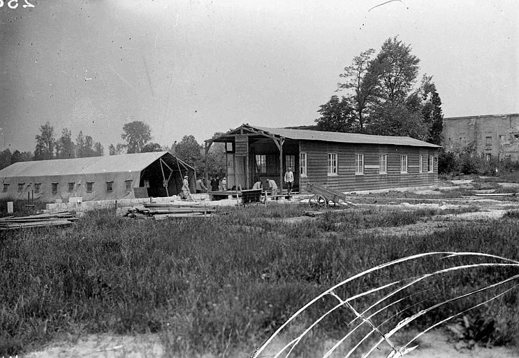 Construction de baraquements pour l'hôpital des femmes américaines