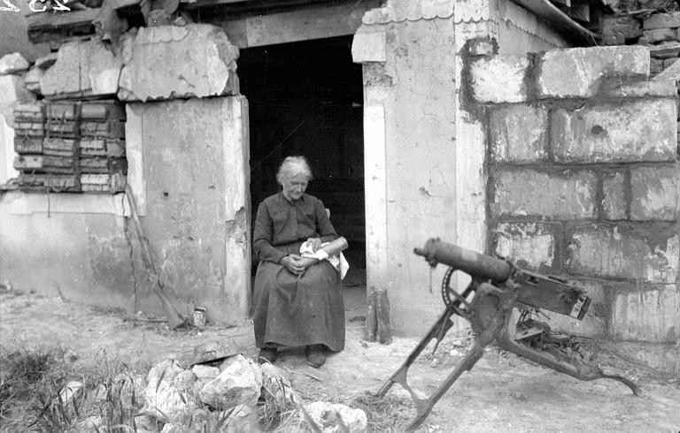 Madame Bezin de Nouvron, près de Vic-sur-Aisne, essuyant une culasse, canon mitrailleur