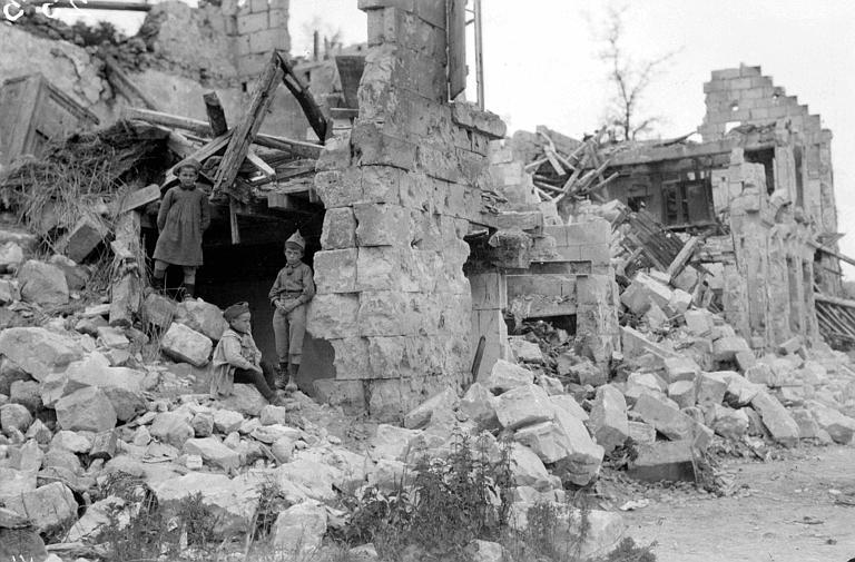 Scène typique de destruction, près de Vic-sur-Aisne : enfants au milieu des ruines