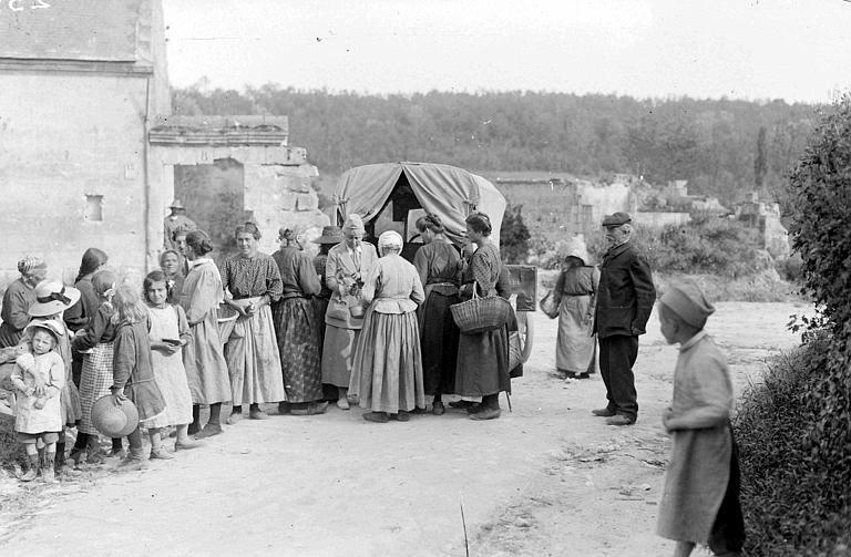 Magasin ambulant du CARD dans le village du Mesnil : village occupé par les Allemands pendant trois ans, distribution