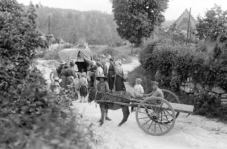 Magasin ambulant du CARD : distribution à la population, au premier plan voiture attelée à un âne