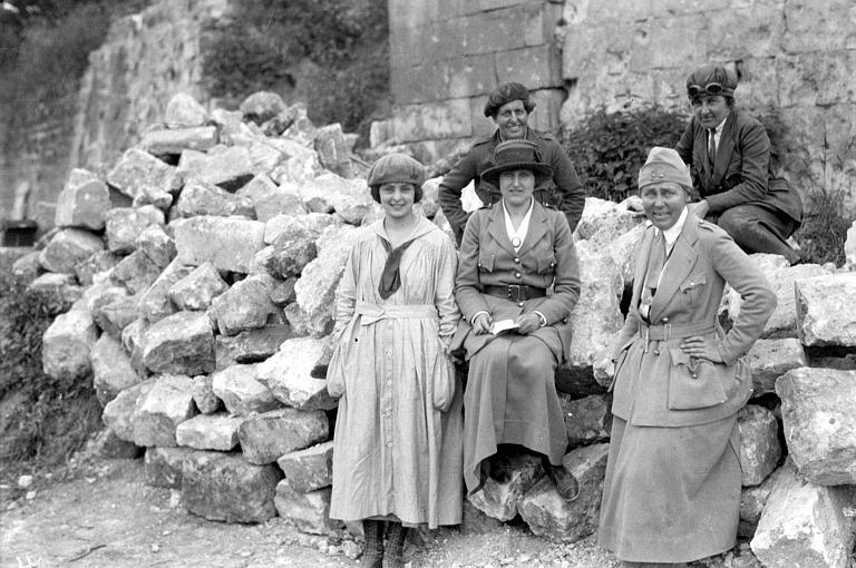 Groupe de travailleurs du Comité Américain ; de gauche à droite : Mme Garney Celine, Mme Berry et Mme Parsons Alice. De gauche à droite : Mme Barney Louise et Mme Bennett Marian