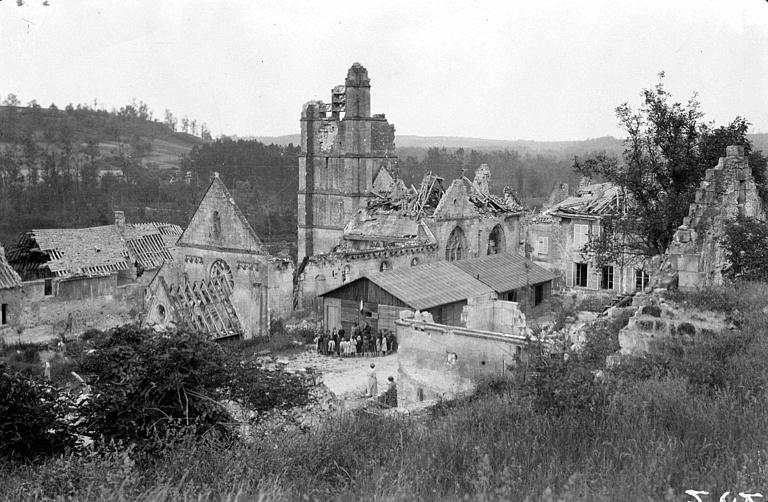 Vue générale en plongée du site : le village détruit, l'église en ruines et l'école temporaire bâtie au milieu des ruines