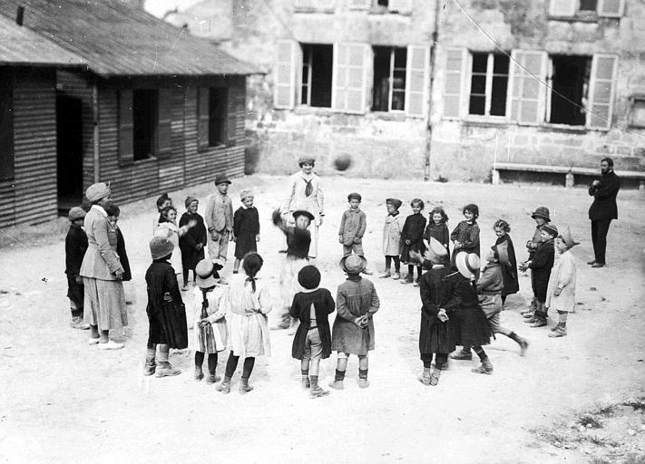Service social à Saint-Bandry près de Vic : Mlles Alice Parsons et Garney dirigeant les jeux dans la cour de récréation pendant les vacances scolaires