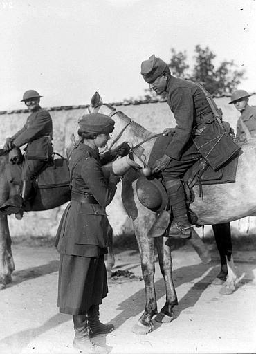 Pendant la retraite de 1918, service de cantine avec Mlle Jean Micheler : distribution de boisson à des soldats américains à cheval