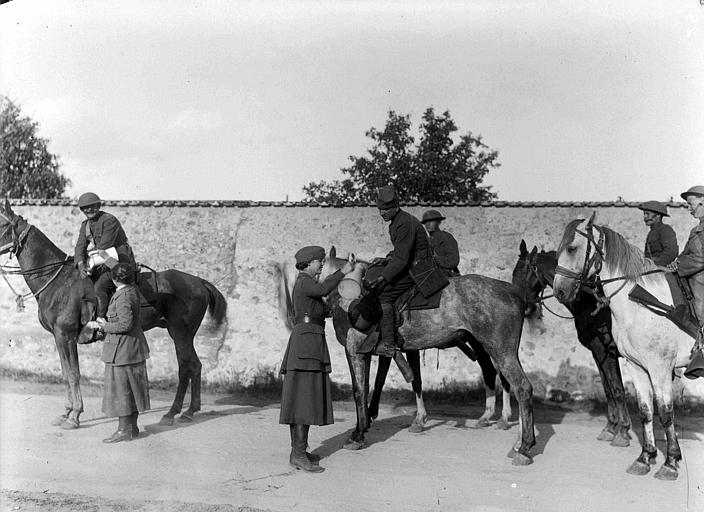 Américains engagés dans l'offensive de l'Aisne, service de cantine avec Mlle Jean Micheler : distribution de boisson à des soldats américains à cheval
