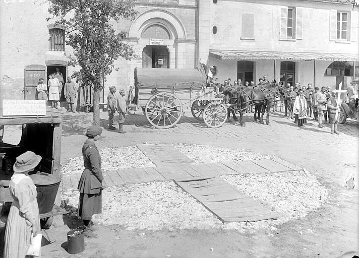 Cortège funéraire au front : sortie d'un convoi funèbre de la chapelle transformée en Ambulance 203 ou 205 (illisible), salle de triage des blessés