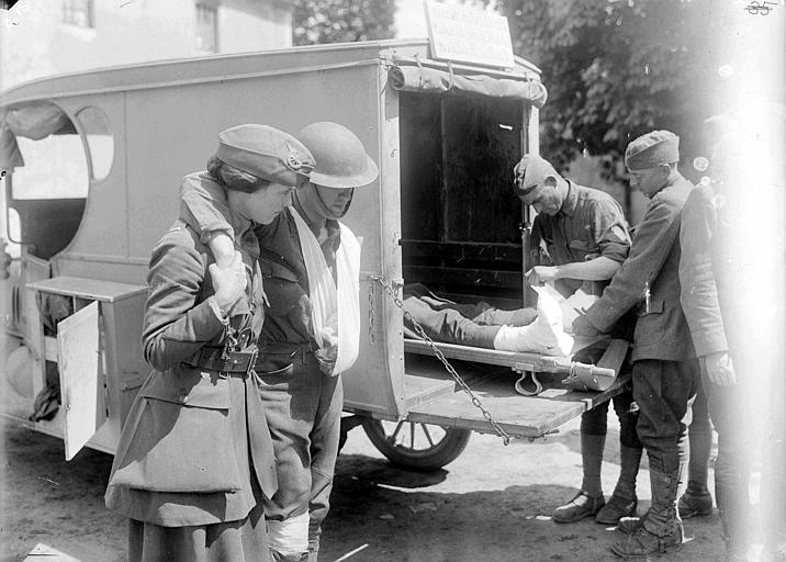 Cantine militaire mobile du CARD transformée en ambulance pour le transport des blessés