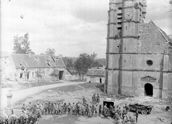 Cantine mobile du CARD pendant la retraite de 1918 : distribution de boissons aux populations locales, sur la place du village, vue en plongée