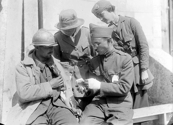 Foyer du soldat : soldat français du 43e régiment en conversation avec un soldat américain, Mme Stockley et Mlle Jean Micheler