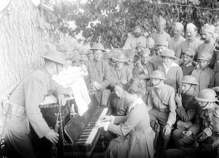 Cantine militaire du CARD, divertissement pour les soldats : jeune femme jouant du piano en plein air