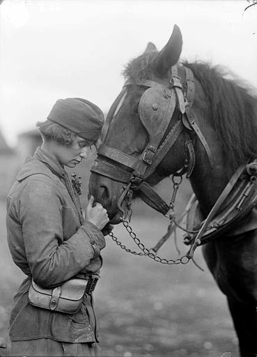 Portrait d'une travailleuse du CARD : Mlle Moran avec un cheval