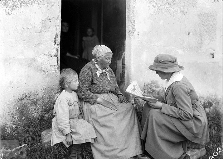 Nouvelles de la guerre : lecture à une vieille paysanne du journal